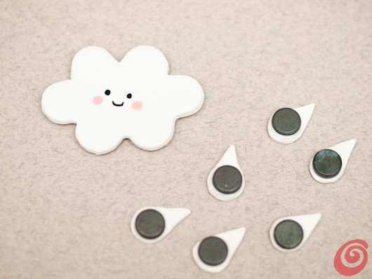 La nuvola e le gocce con le calamite per la lavagna magnetica fai da te nel nostro angolo studio