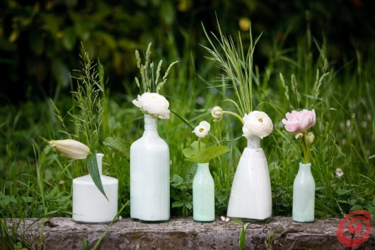 I vasi fai da te fanno bella figura anche sullo sfondo verde del giardino