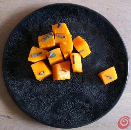 Un piatto riccamente decorato