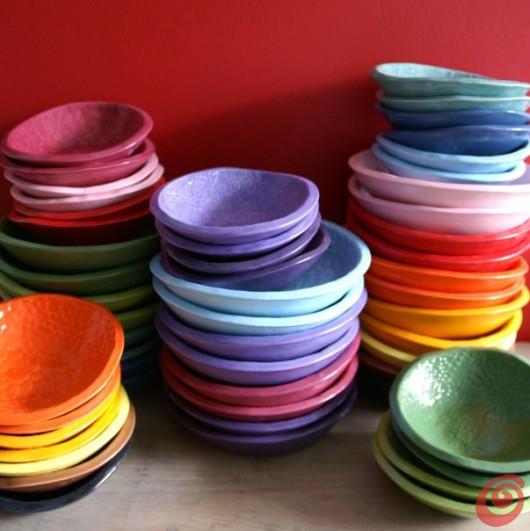 I piatti variopinti creano un arcobaleno