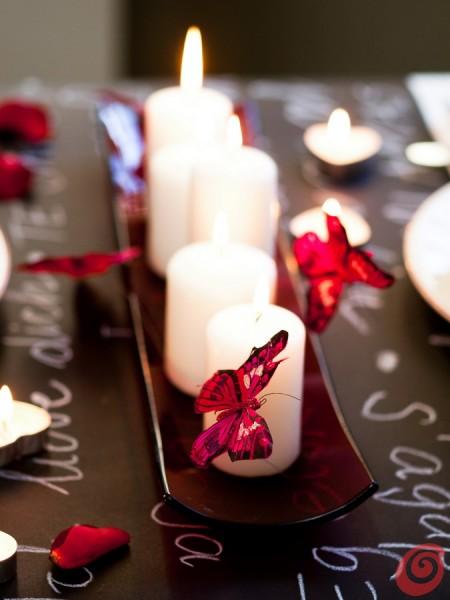 La tavola apparecchiata per una cena di lusso nel segno del rosso, del bianco e del nero