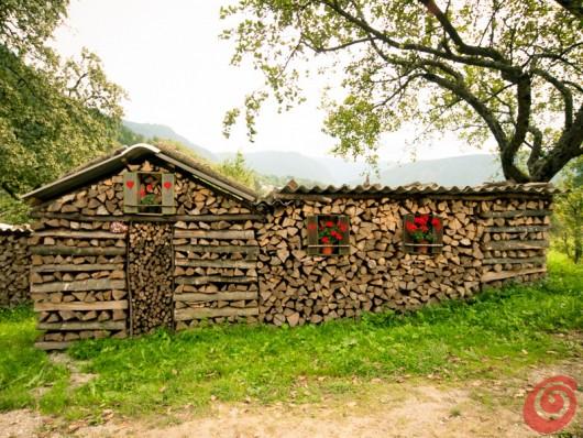 kmečka dekoracija zložena drva