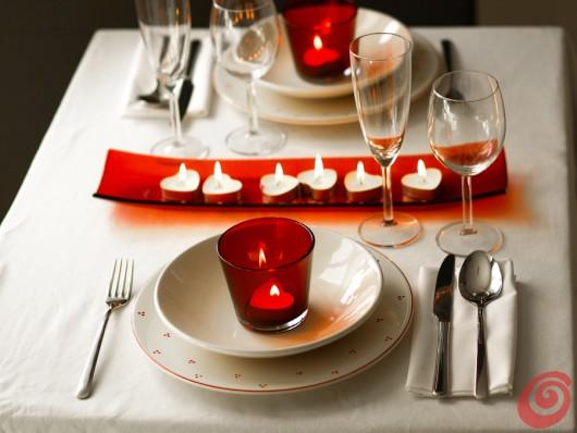 La decorazione per la tavola apparecchiata per due fai da te nel segno del rosso: il colore dell'amore