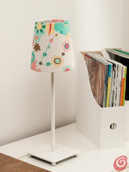 La lampada con il paralume personalizzato per arredare l'angolo studio in salotto