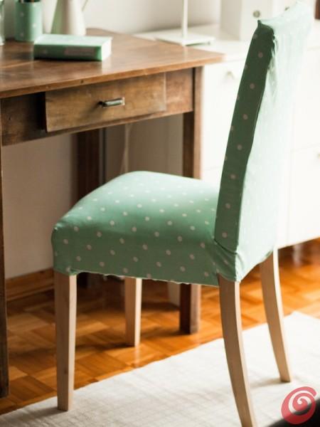 La sedia con il rivestimento nuovo per arredare l'angolo studio in salotto