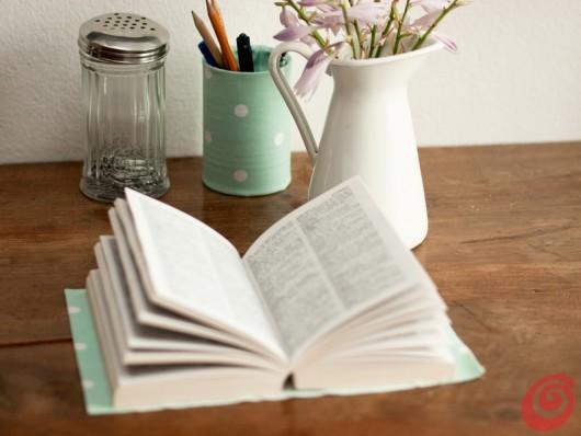 Idde per arredare l'angolo studio in casa, il libro con la copertina fai da te