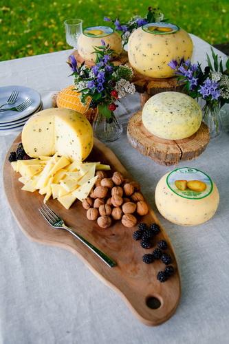Pogrinjek sir les - kmetija Na ravan, Cerkljanski Vrh