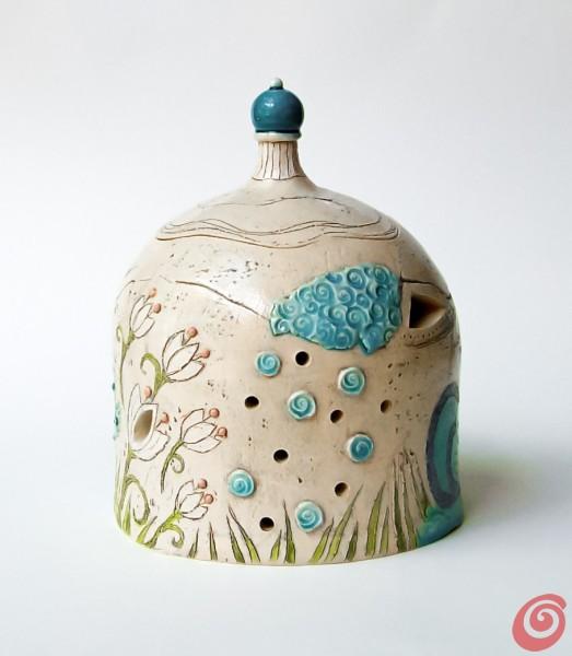 Tika je knjižna ilustratorka in keramičarka.