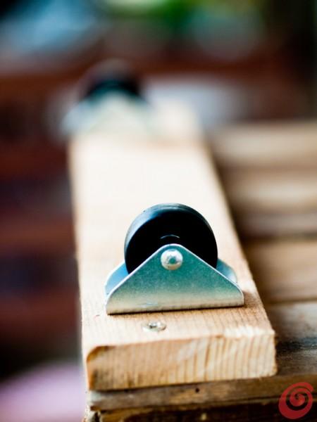 Idee per mettere in ordine: la cassetta in legno vintage con rotelle e decorazioni con la tecnica dello stencil