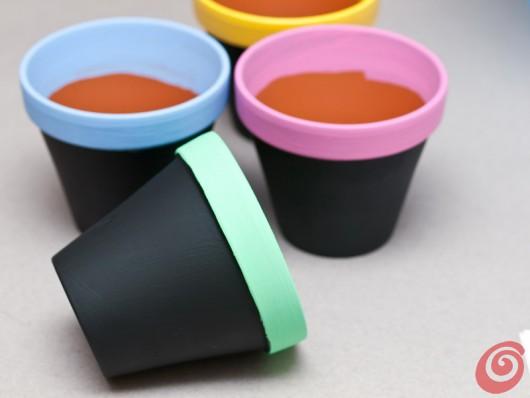 Vasetti di terracotta colorati per spezie e piantine