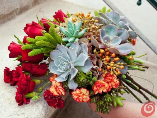 Una composizione floreali nei colori dell'autunno e del vino terrano