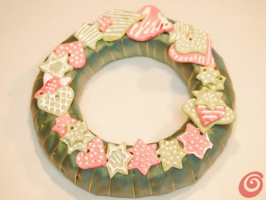 la ghirladna per l'Avvento e per Natale fai da te con gli addobbi in pasta al sale. ma potrebbe anche essere una splendida decorazione per la porta