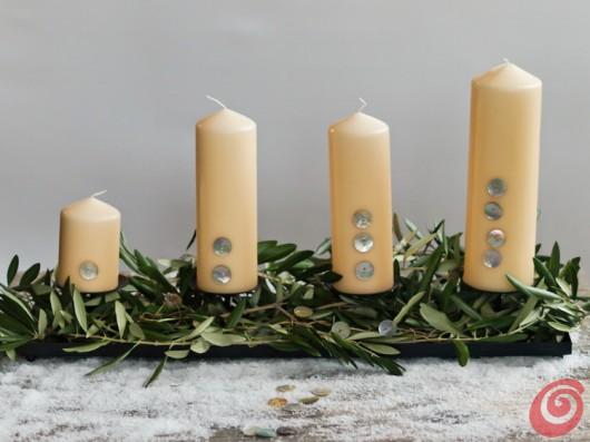 la corona dell'Avvento, centrotavola per Natale con i materiali naturali - l'ulivo