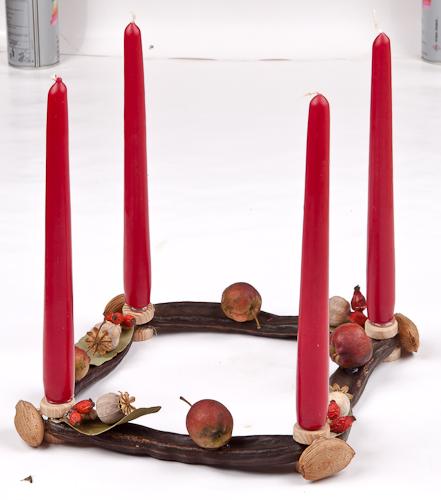 centrotavola per le decorazioni natalizie con materiali naturali e  di recupero
