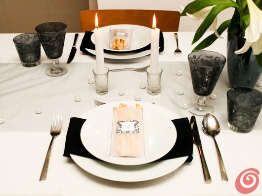 la tavola apparecchiata in bianco e nero, servizio di Casa e Trend
