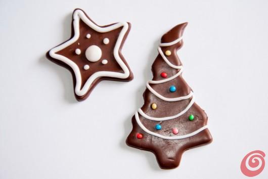 Božično-novoletni okraski, oprostite, piškoti, so primerni za domače drevesce, dekoracijo daril ali kot nakit.