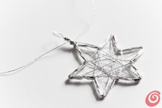 lavoretti con i bambini, realizzare addobbi per Natale con i materiali naturali e le perline