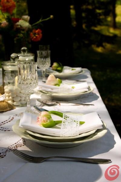 la tavola apparecchiata con dei piatti bianchi vintage, per il servizio di Casa e Trend sul matrimonio bianco
