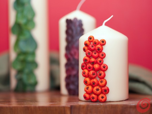 decorazioni autunnali: le candele decorate con bacche e foglie autunnali