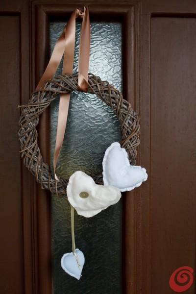 la ghirlanda per la porta con i materiali di recupero, decorazione di natale shabby chic