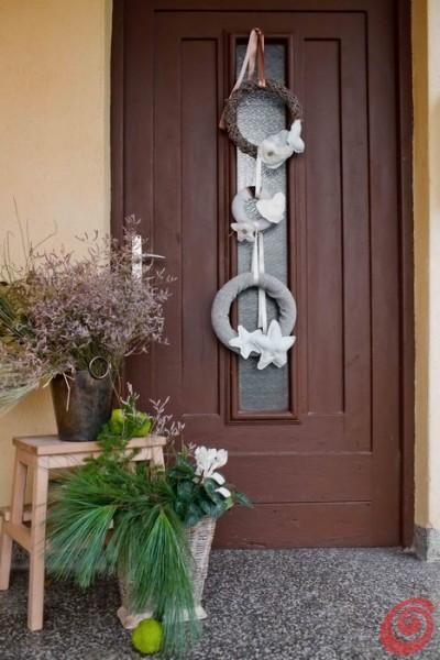 Coroncina fuori porta con maglioni di recupero casa e trend for Decorazioni porta ingresso