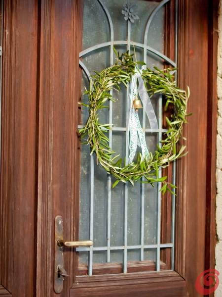 ghirlande con i materiali naturali - l'ulivo e il campanello per una decorazione natalizia shabby chic