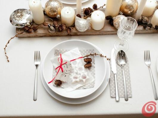 la tavola apparecchiata e decorata di Natale, per la vigilia e per il veglione di Capodanno, nel segno dei materiali naturali, dell'argento e del bianco