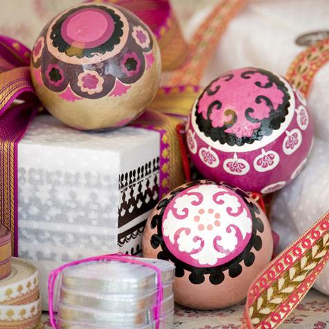 Addobbi natalizi e confezioni regalo variopinti dal nord, Niki Jones, i colori dall'Inghilterra