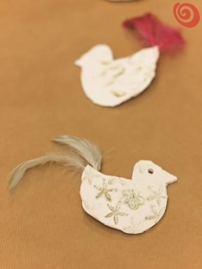 addobbi natalizi fai da te, lavoretti con i bambini, gli uccellini di pasta leggera per decorare l'albero di Natale