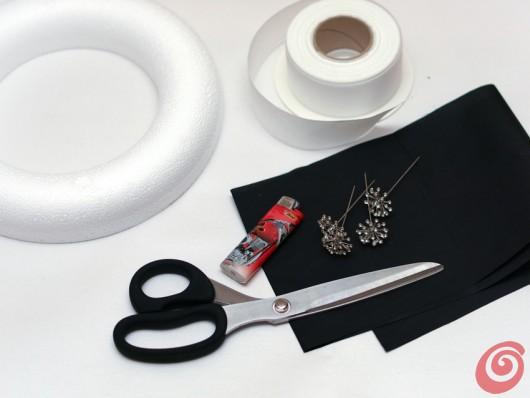 Gli addobbi natalizi in bianco e nero, con i fiori di stoffa fai da te e la ghirlanda, da utilizzare anche come decorazione per la tavola apparecchiata e per le confezioni regalo