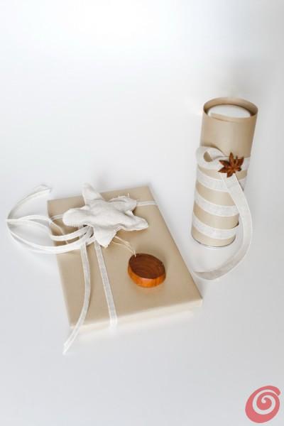 Confezioni regalo fai da te con la carta dorata e i materiali naturali