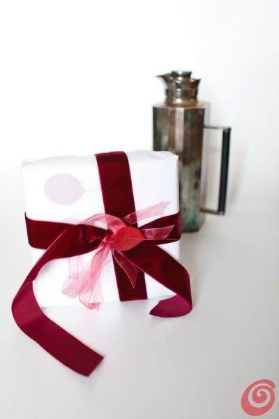 confezioni regalo bianco e scarlatto