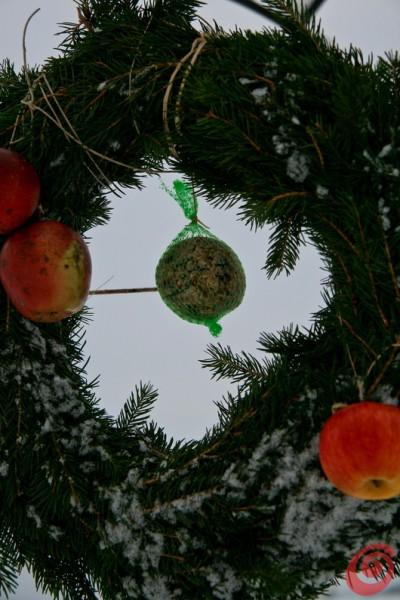 addobbi natalizi per l'esterno, i materiali naturali: ghirlande d'abete, mele, lanterne