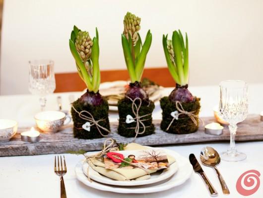 apparecchiare e decorare la tavola con materiali semplici e naturali, per una cena a lume di candela