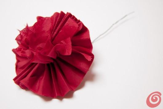 Con dei garofani fatti con i tovaglioli di carta possiamo decorare e abbellire la casa o inventarci il nostro stile.