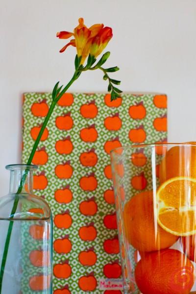 Arance, limoni, lime e qualche fiore - colori vivaci e vitamine decorano la casa. Il verde, il giallo e l'arancio. Vasi di vetro e vecchie bottiglie. Idee veloci per abbellire la casa: la frutta e i vasi di vetro