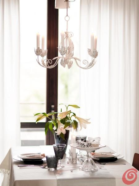La tavola apparecchiata in bianco e nero