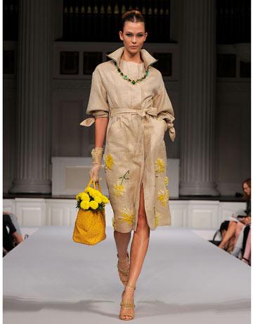 Il garofano, considerato per qualche decennio il fiore della nonna, è tornato a farsi vedere sulle passerelle delle sfilate di moda.Oscar de la Renta