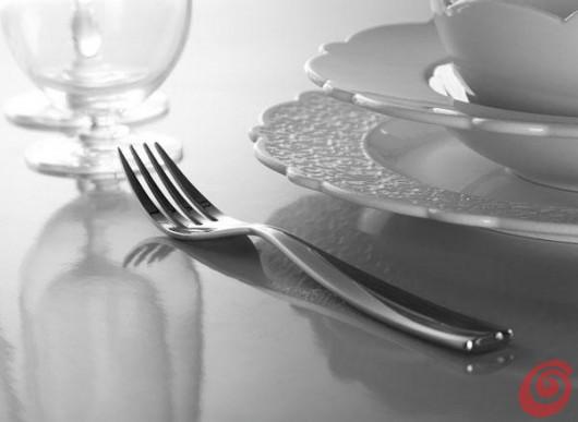 Marcel Wanders per Alessi, il neobarocco in tavola. Porcellane e posate decorate con sottili pizzi in rilievo: per gli intenditori contemporanei.