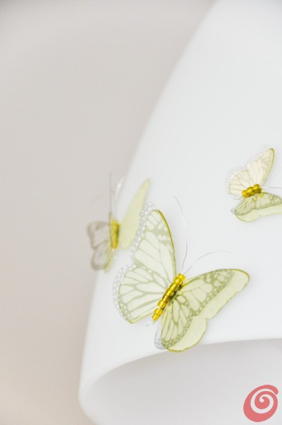 Portiamo in casa un po' di primavera decorando il paralume o le tende con le farfalle!