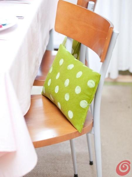 Dei cuscini per ravvivare la tavola pasquale e anche per addobbare il terrazzo, il balcone o il giardino.