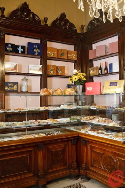 Stoletna oprema in izvrstne slaščice: pustite se zapeljati sladkim mojstrovinam iz ene najstarejših slaščičarn v Trstu.