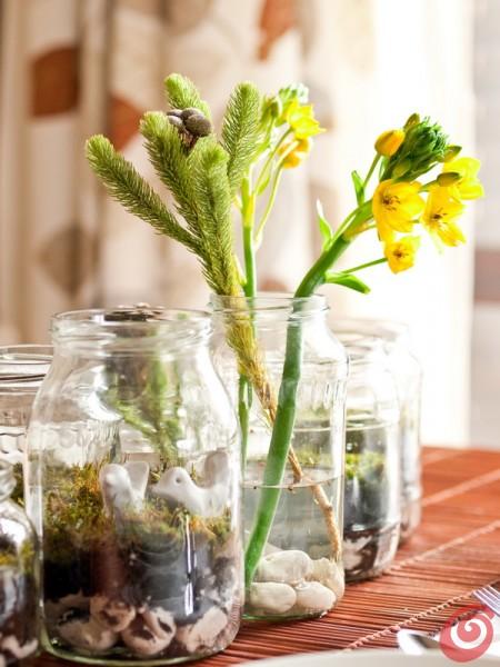 I barattoli di vetro hanno di solito una bella forma, stavolta li ricilcleremo per farne degli addobbi per la tavola estiva.