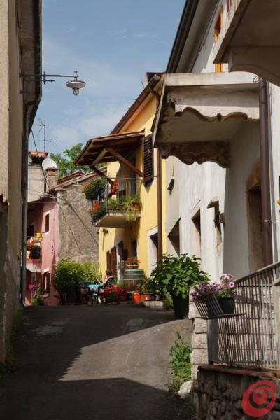 Una gita sul Carso, per la precisione a Santa Croce, un paese che con le sue casette e la sua posizione sopra il mare offre numerosi spunti fotografici. E non solo. Il mare, la pietra, la gente: Santa Croce o Križ  presso Trieste
