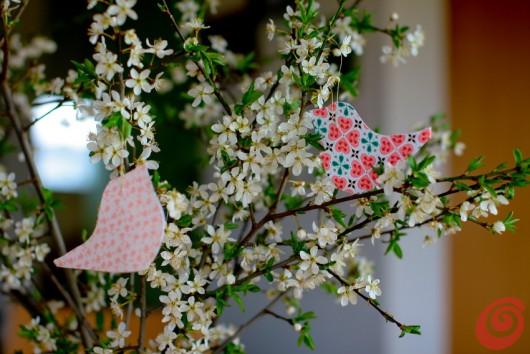 Ecco gli uccellini di carta - delle decorazioni primaverili facili e veloci con i motivi per lo scrapbooking.