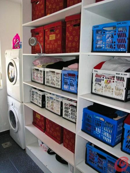 Una lavanderia economica e funzionale che fa anche da guardaroba