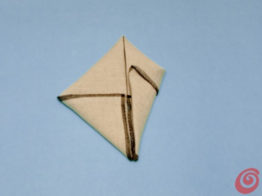 I dieci passi per piegare il tovagliolo e farne una decorazione per la tavola pasquale.