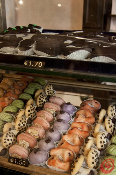 Arredi antichi e pasticcini eccezionali: lasciatevi conquistare dalle dolci opere d'arte di una delle pasticcerie storiche di Trieste.