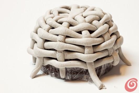 Per realizzare il cestino per gli addobbi pasquali intrecceremo la pasta da modellare.