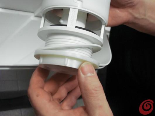Come sostituire lo sciacquone a cassetta sul wc